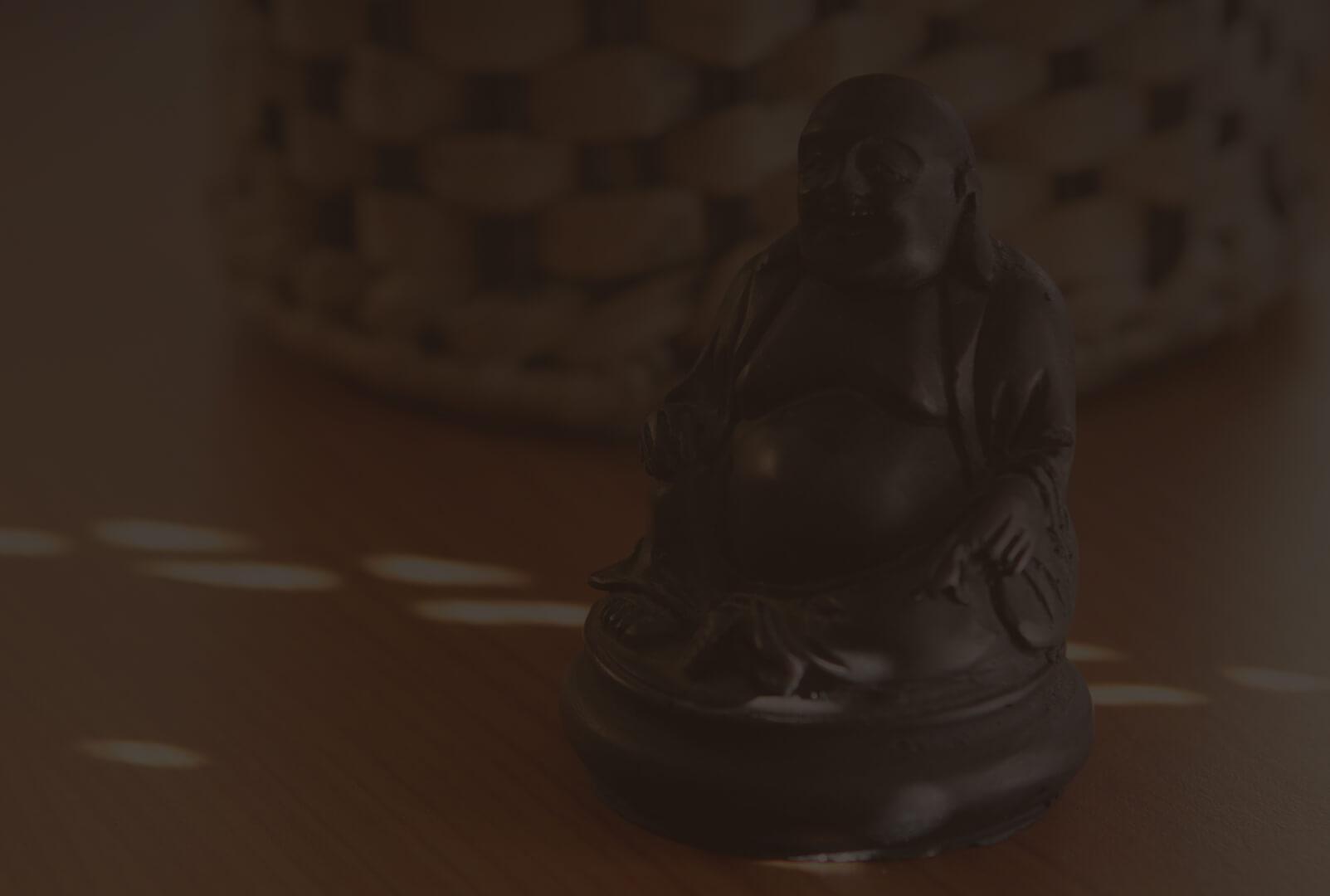 mała figurka na drewnianym blacie