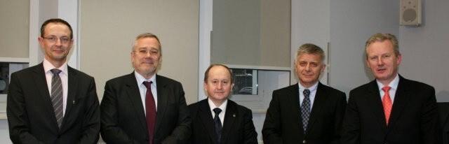 zdjęcie pięciu mężczyzn wgarniturach