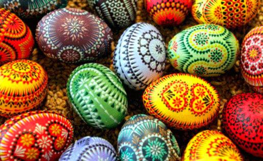 zdjęcie ręcznie zdobionych kolorowych pisanek wstaropolskim stylu